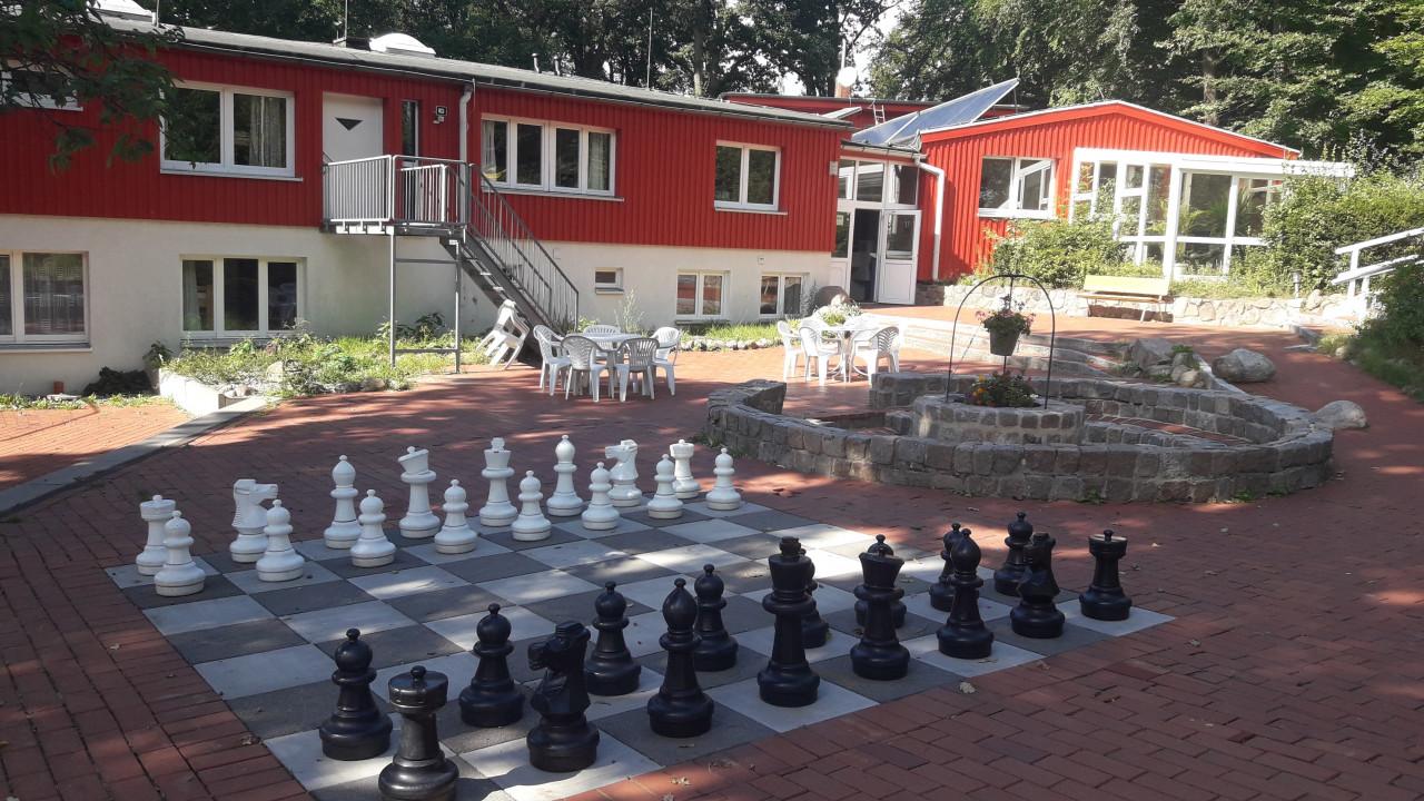 Lankau-Imressionen 18.02.2021 - Schach im Innenhof